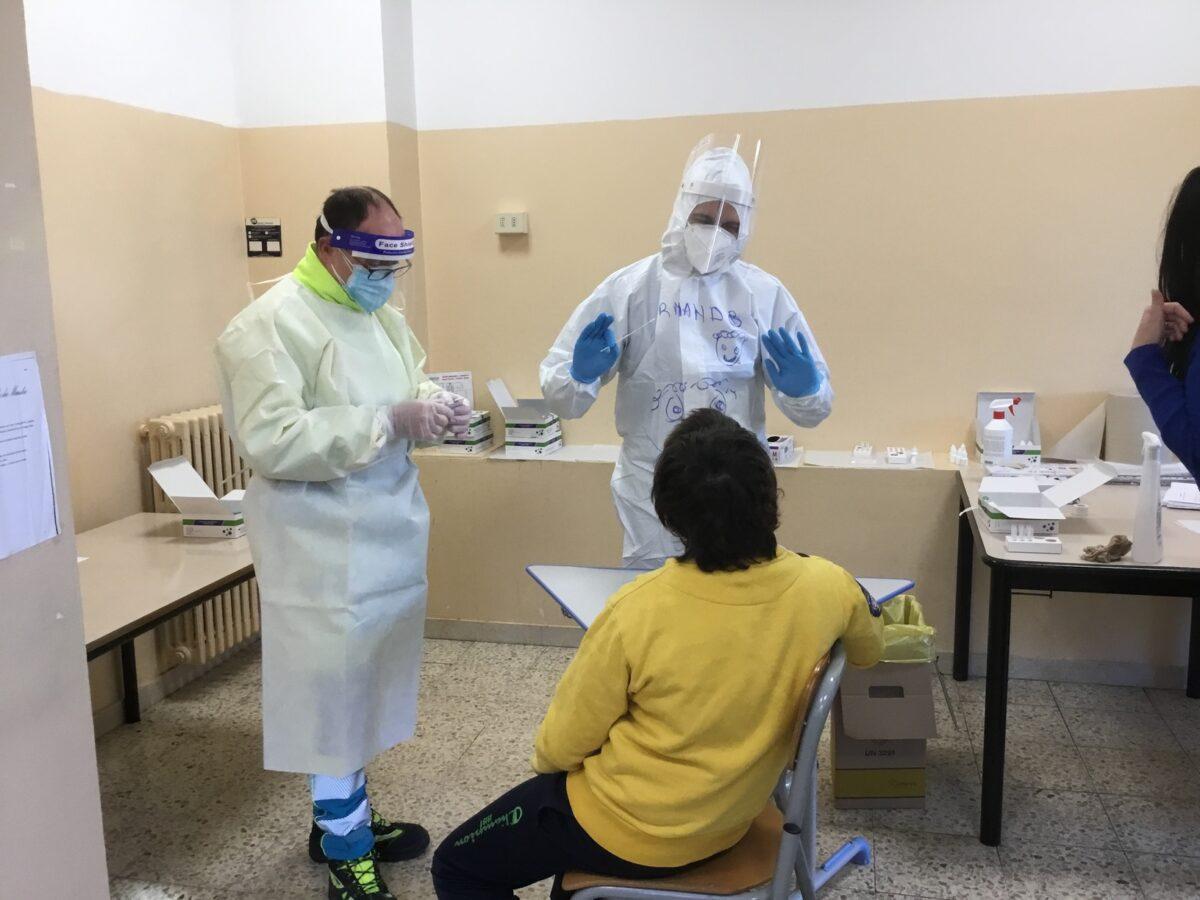 3 - Tamponi rapidi covid 19 scuola elementare da parte Misericordia Antella - 18 gen 2021 - foto Giornalista Franco Mariani (38)