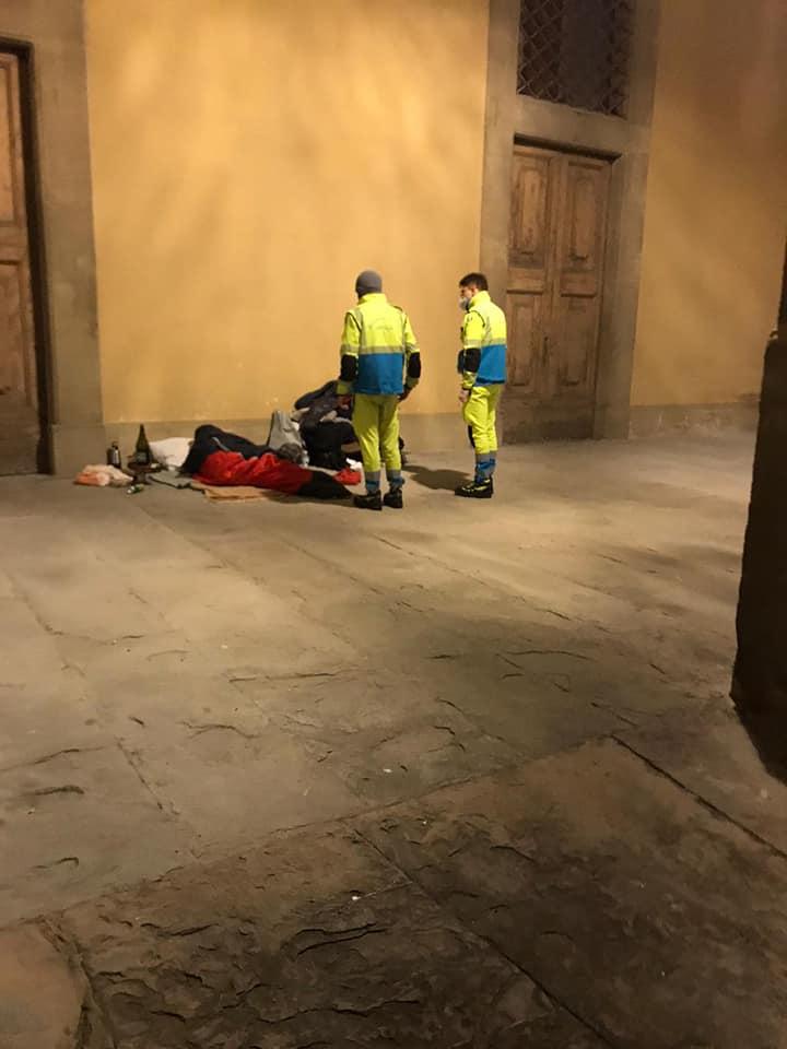 Volontari in servizio emergenza freddo poveri a Firenze notte Natale 2020 (2)